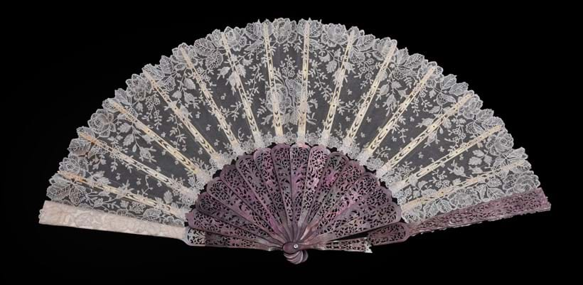 Inline Image - Lot 135: Lace fan, French, third quarter 19th century | Sold for £298